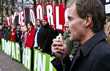Harry van Bommel addresses the demonstrators.