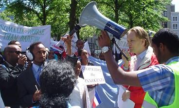 Ewout Irrgang addresses the demonstrators.