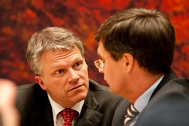 Bos and Balkenende before the start of the debate