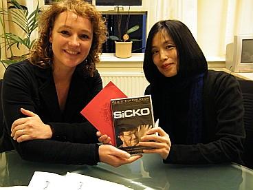 Lewi Vogelpoel (right) gives a copy of  'Sicko' to Renske Leijten