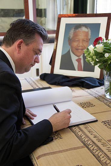 Emile Roemer tekent condoleanceregister Mandela