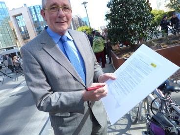 De Jong signing the Amnesty International manifesto